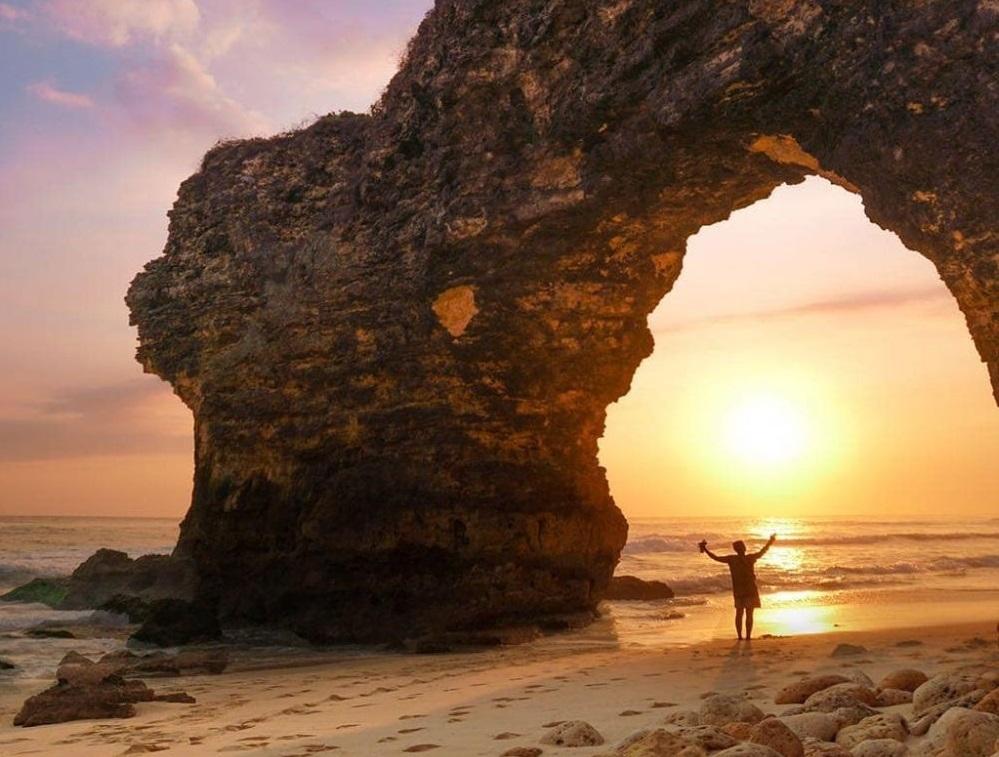Mbawana-Beach-sunset-in-Sumba